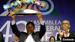 El canciller boliviano David Choquehuanca, izquierda, expresó en un acto público el deseo de su país de querer encaminar buenas relaciones con EE.UU.