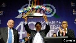 Al cierre de la Asamblea General de la OEA, en Bolivia, el secretario general del organismo, José Miguel Insulza, y el canciller boliviano David Choquehuanca participaron de un acto. [Foto: OEA]