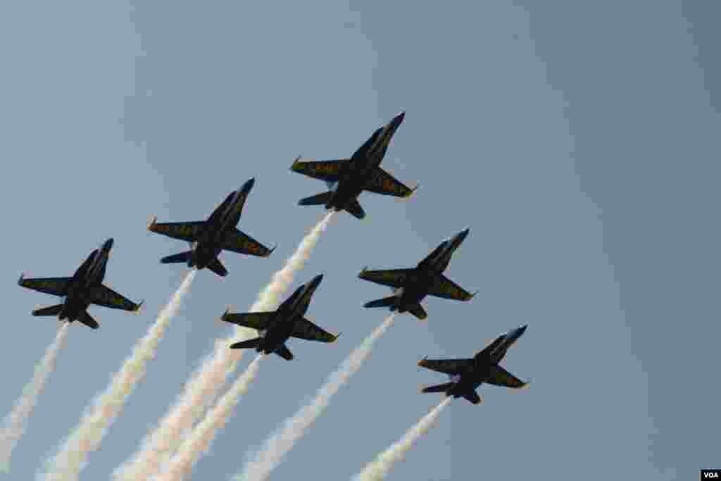 В небе военно-морская авиация. Приветствие выпускникам