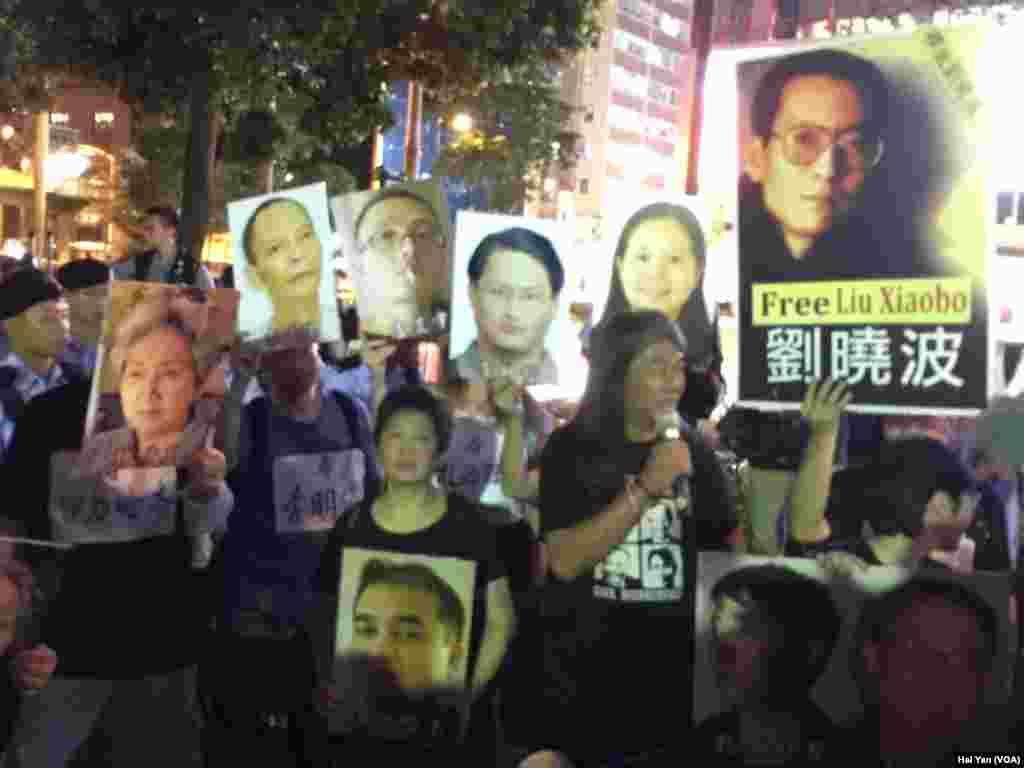 香港多个团体举行示威 呼吁习近平立即释放身诺贝尔和平奖得主刘晓波(美国之音海彦拍摄)