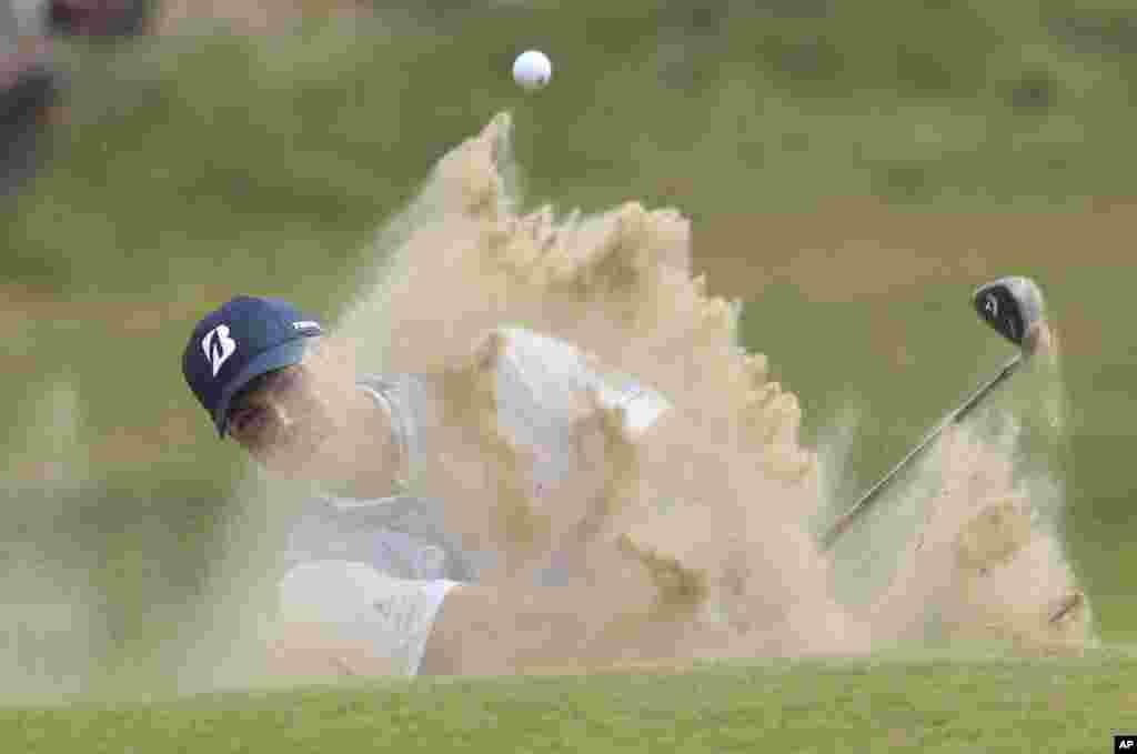កីឡាករ Matt Kuchar មកពីសហរដ្ឋអាមេរិកប្រកួតវាយកូនហ្គោលក្នុងវគ្គផ្តាច់ព្រ័ត្រសម្រាប់ពានរង្វាន់ British Open Golf Championship នៅទីលាន Royal Birkdale ក្នុងក្រុង Southport ប្រទេសអង់គ្លេស។
