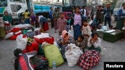 Thường dân chạy trốn bạo động từ Laukkai, thủ phủ Kokang trong bang Shan, đến trạm xe buýt trên đường cao tốc ở Mandalay, ngày 14/2/2015. Giao tranh ác liệt giữa quân đội Myanmar và phiến quân đã khiến hàng ngàn người vượt biên sang tỉnh Vân Nam của Trung Quốc để lánh nạn