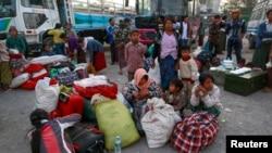 Orang-orang mengungsi dari Laukkai, ibukota Kokang di negara bagian Shan, tiba di stasiun bus Mandalay 14 Februari 2015.