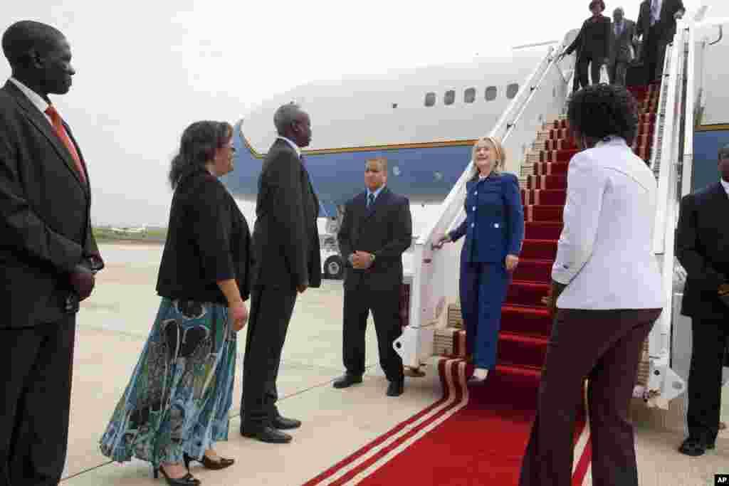 Đại sứ Mỹ ở Nam Sudan, Susan Page (thứ hai từ trái sang), và Bộ trưởng Ngoại giao Nam Sudan, Nhial Deng Nhial, đón Ngoại trưởng Hillary Rodham Clinton tại sân bay quốc tế Juba trong chuyến công du đầu tiên của b&agra