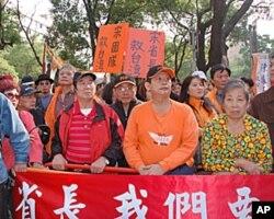 中央选举委员会外面的宋楚瑜支持者