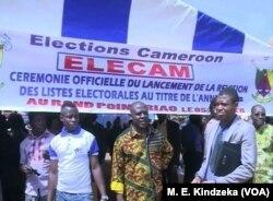 Des membres d'ELECAM encouragent la population de Bafoussam à s'enregistrer, le 5 janvier 2018