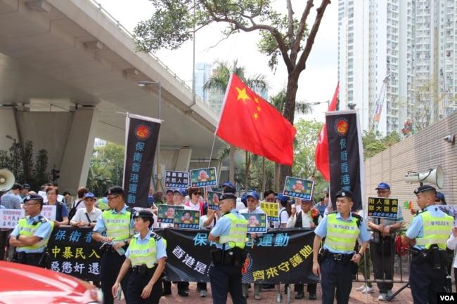 西九龙法庭外2019年4月9日的反对占中运动领导人的呐喊者(美国之音记者申华拍摄)