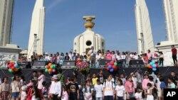 Pemimpin aksi unjuk rasa di Thailand, Suthep Thaugsuban (tengah) memberikan sambutannya dalam upacara memperingati Hari Anak-Anak di Monumen Demokrasi, Bangkok (11/1).