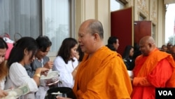 Cambodians offer alms to Buddhist monks at Vatt Buddhikarama in Silver Spring, Maryland, Sunday, Sept. 23, 2018. (Ten Soksreinith/VOA Khmer)