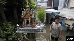 Cư dân Thái Lan lội qua một khu vực bị ngập lụt ở Bangkok, ngày 3/10/2011