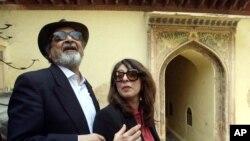 وی اس نایپل و همسرش نادره در جشنواره بین المللی ادبیات هند