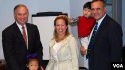 福布斯議員幫助自己選區的沃倫德夫婦加快辦理收養手續