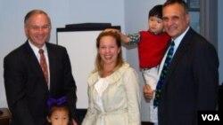 福布斯议员帮助自己选区的沃伦德夫妇加快办理收养手续