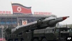 지난 2010년 10월 평양에서 열린 열병식에 등장한 '화성-7' 탄도미사일.