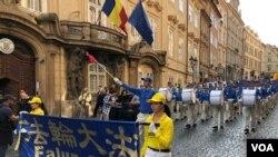 """资料照:来自欧洲各地的法轮功修炼者和支持者在捷克""""国家日""""这天在布拉格古老的皇家之路举行大游行。(2018月9月28日)"""