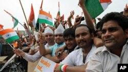 Warga India melakukan protes anti korupsi dan mendukung aktivis sosial Anna Hazare (foto: dok).