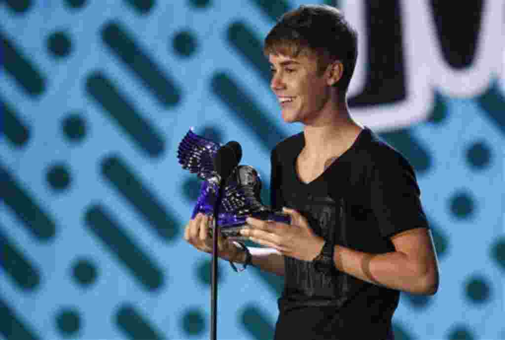 "Justin Bieber recibe el premio ""Do Something"" a artista musical."