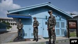 지난 27일 판문점을 지키는 군인들. (자료사진)