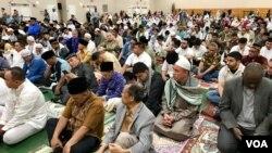 Muslim diaspora Indonesia di Washington DC, Amerika Serikat, mendengarkan khutbah usai salat Idul Fitri, Selasa, 4 Juni 2019. (Foto: dok).