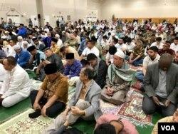 Diaspora muslim Indonesia di Washington DC, Amerika Serikat, mendengarkan khutbah usai salat Idulfitri, Selasa, 4 Juni 2019.