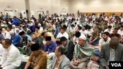 Muslim diaspora Indonesia di Washington DC, Amerika Serikat, mendengarkan khutbah usai salat Idulfitri, Selasa, 4 Juni 2019.
