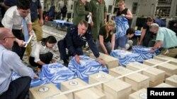 聯合國軍指揮部和美國國防部人員在北韓交給美國的遺骸木箱上覆蓋聯合國旗。(資料圖片)