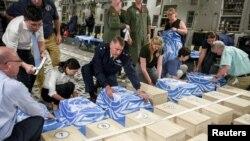 지난 7월 북한 원산에서 미 국방부와 유엔사 관계자들이 미군 유해가 담긴 관에 유엔기를 덮고 있다.