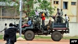 7일 중앙아프리카공화국의 수도 방기에서 전 셀레카 반군 조직원들이 거리를 지나고 있다. (자료사진)