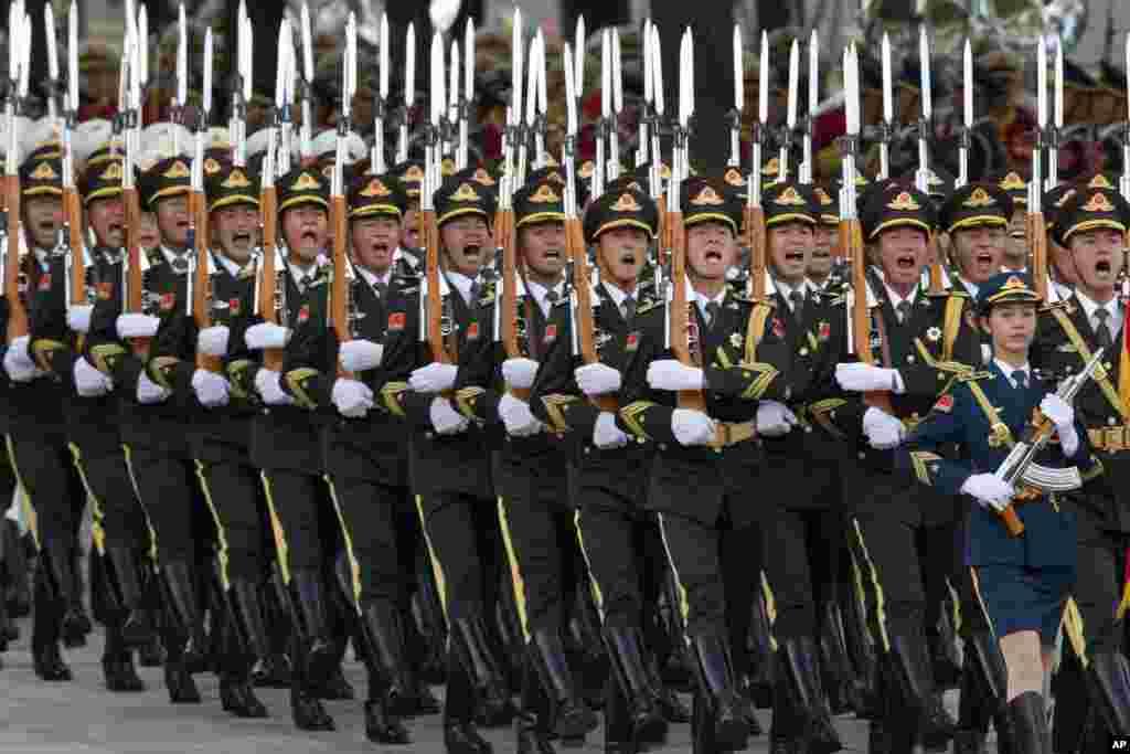رژه سربازان چینی در مراسم استقبال از ویلم الکساندر پادشاه آلمان در پکن.