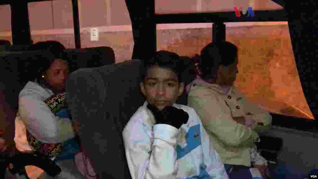 Muchos venezolanos han viajado más de cinco días por carretera para llegar a su destino. (Foto: Celia Mendoza - VOA)