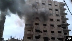 Khói bốc lên sau vụ pháo kích ở thành phố Homs, ngày thứ bảy 14/4/2012