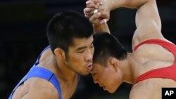 지난 5일 런던 올림픽 레슬링 그레코로망 55kg 급에서 벌어진 남-북 대결. 한국 최규진(왼쪽) 선수가 북한 윤원철 선수에게 승리를 거뒀다.