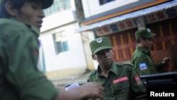 在缅甸与中国边界附近的佤邦联合军士兵。(2009年资料照)