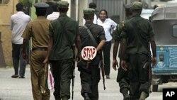 Sri Lankan solders walk in a street in Colombo, Sri Lanka, August 25, 2011