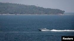 Sebuah perahu milik Angkatan Laut India membantu pencarian pesawat Malaysia Airlines di Laut Andaman (16/3).