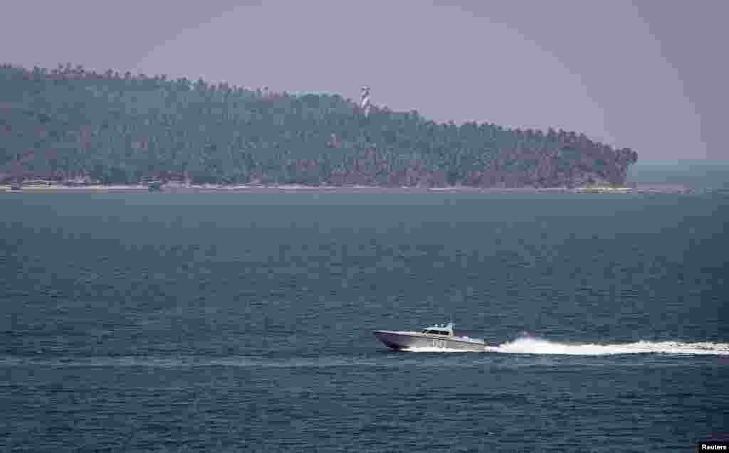 Hải quân Ấn Độ tuần tra vùng biển Andaman gần Port Blair, thủ phủ của quần đảo Andaman và Nicobar, ngày 16/3/2014.