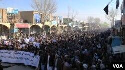 مظاهرهکنندگان از حکومت افغانستان خواستند تا هرچه زودتر جلو گروگانگیری مسافرین مسیر بامیان کابل گرفته شود.
