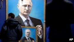 """Les visiteurs regardent les peintures du président russe Vladimir Poutine à l'exposition """"SUPERPUTIN"""" au musée de l'UMAM à Moscou, Russie, 7 décembre 2017."""