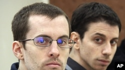 A picture released by Iran's state-run Press TV shows US hikers Shane Bauer (L) and Josh Fattal (R), detained in Iran on spying charges, during the first session of their trial, February 6, 2011 (file photo)