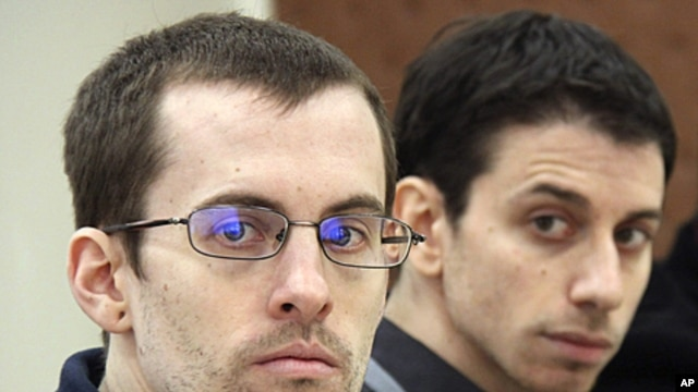 A picture released by Iran's state-run Press TV shows US hikers Shane Bauer (L) and Josh Fattal, detained in Iran on spying charges, during the first session of their trial, February 6, 2011 (file photo)