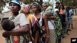 Angolans queue at a voting station to cast ballots in Kicolo, Luanda, Aug. 31, 2012.