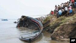 인도 동북부 아삼 주 브라마푸트라 강에 침몰한 여객선을 인양하는 재난구조팀(자료사진)