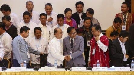 Isyonchi guruhlar hamda hukumat vakillari tinchlik kelishuviga imzo chekmoqda, Yangon, Myanma, 31-mart, 2015-yil.