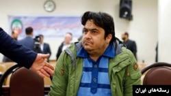 رسانههای دولتی ایران این هفته عکس هایی از روح الله زم در لباس زندان را در جلسه دادگاه منتشر کردند.