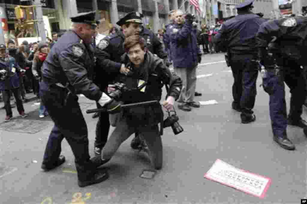 Турканица меѓу полицијата и фоторепортер за време на протестите. (AP Photo/Mary Altaffer)