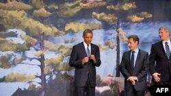 奥巴马(左)与法国总统萨科齐(中)和加拿大总理哈珀在八国峰会上