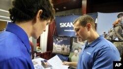El reclutador de trabajadores de Skanska USA, Tony DeStefano, de Atlanta, Georgia, dialoga con el estudiante de último año de la Universidad de Virginia Tech, Chris Kervan de Richmond, Virginia, sobre oportunidades de empleo.
