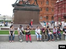 夏季莫斯科红场附近的中国游客。