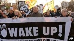 """اعتراض کنندگان لوحه های را حمل می کردند که در آن نوشته شده بود """"بیدار شوید"""""""