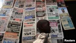 Un kiosque à journaux à Yaoundé, Cameroun, 7 octobre 2011.